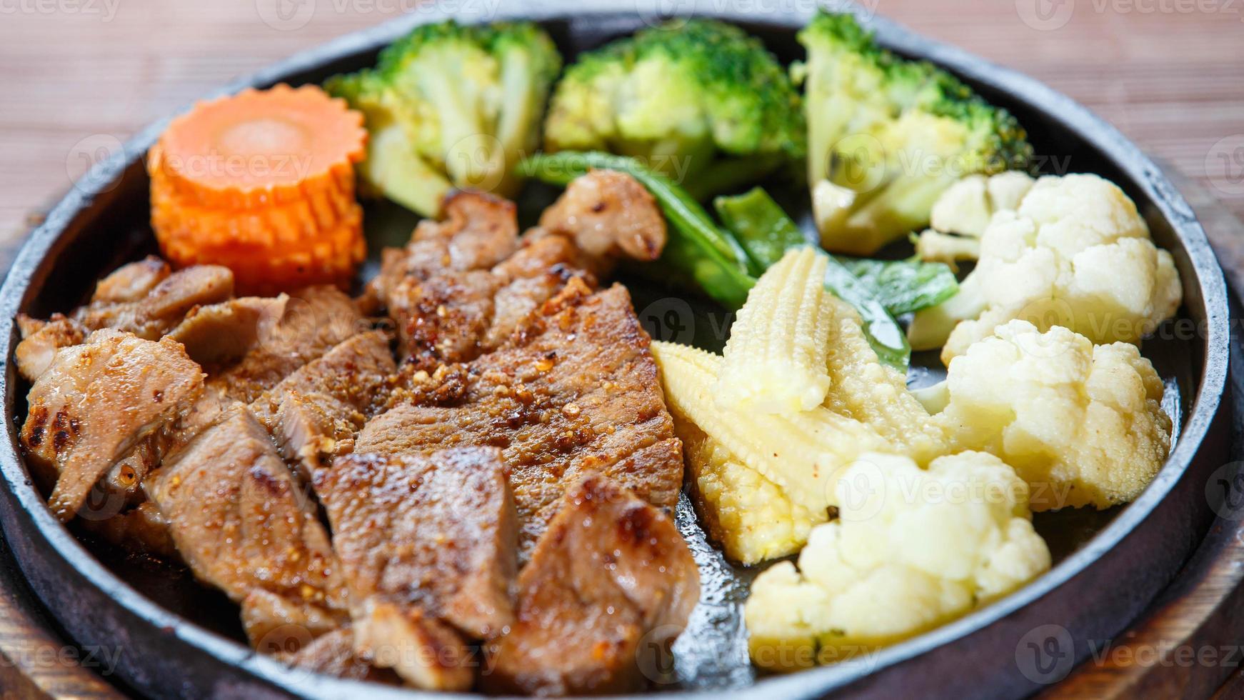 saftig grillad fläskkotlett (nackskär) med grönsaker foto