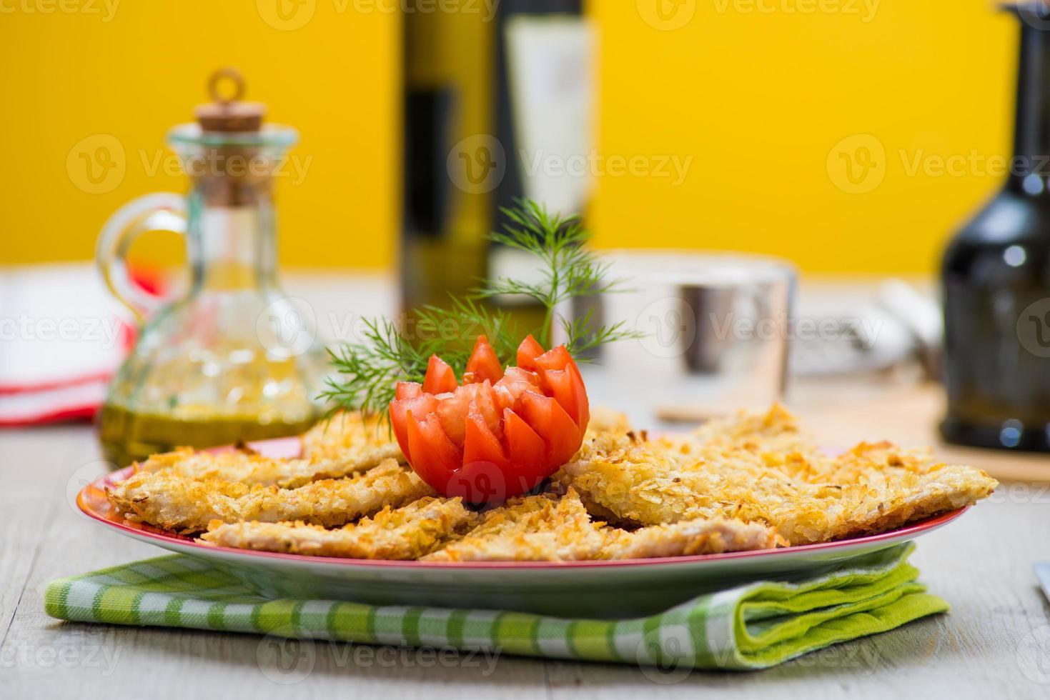 panerat kycklingbröst med pommes frites foto