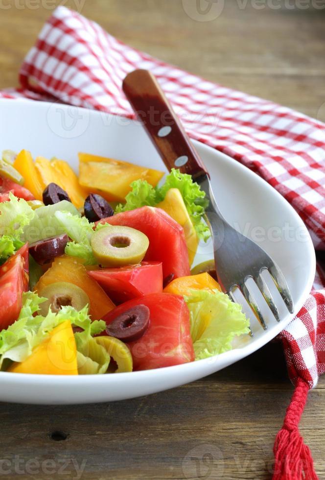 sallad med färgglada tomater och oliver foto