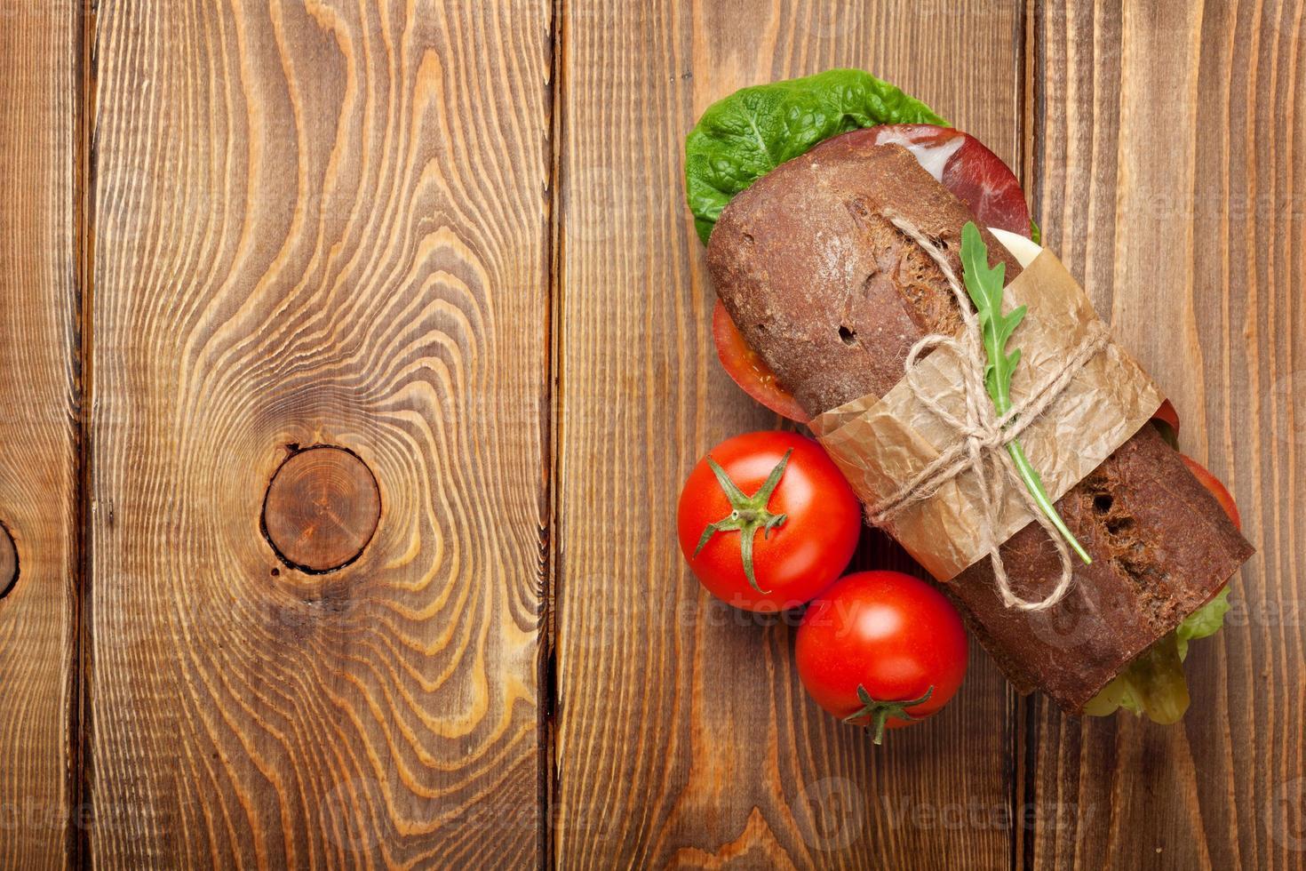 smörgås med sallad, skinka, ost och tomater foto