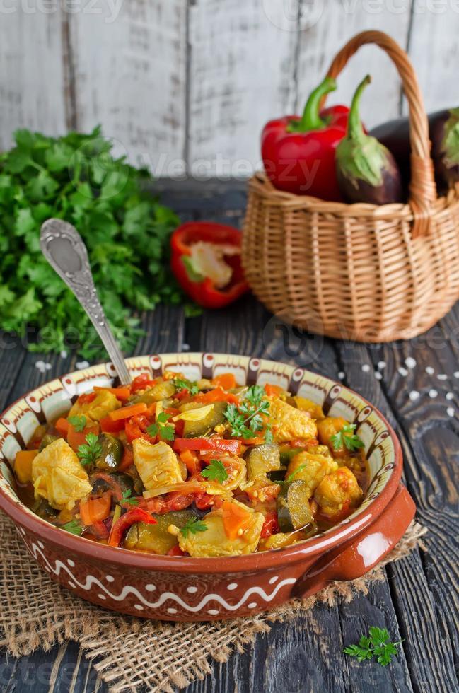 gryta med kyckling och grönsaker foto
