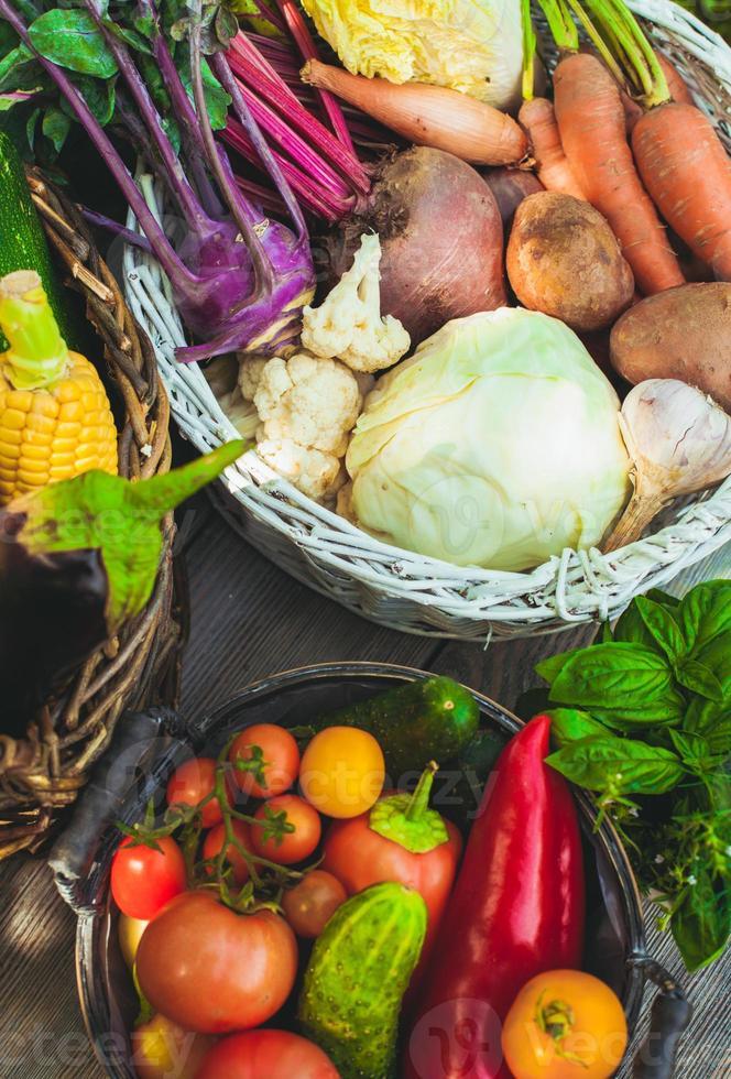 grönsaker på träbord foto