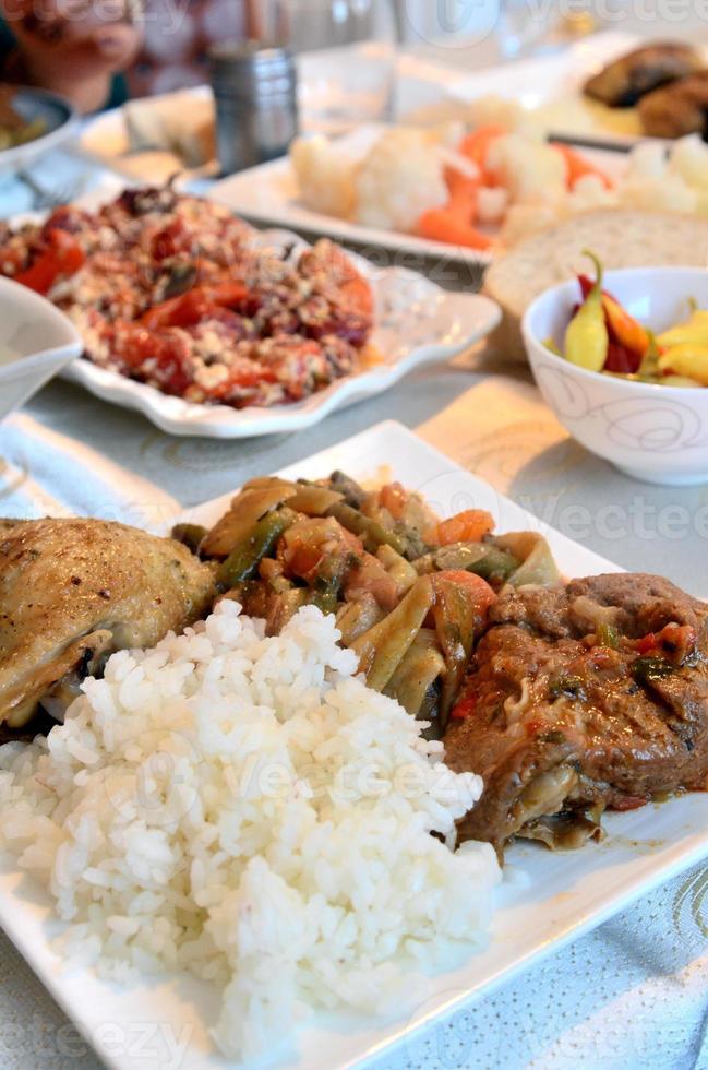 stekt kött med grönsaker och ris foto