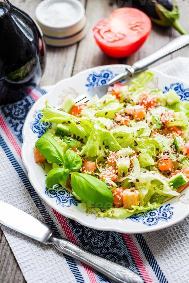 grön grönsakssallad med tomat, aubergine, sesamfrön och basilika foto