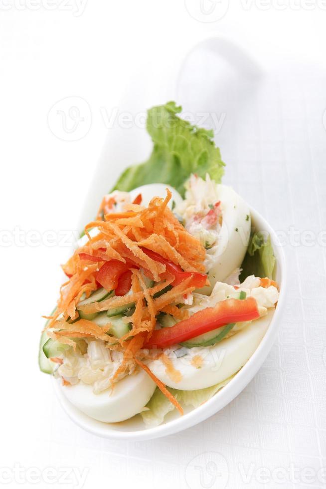 blandad grönsakssallad i skålen foto
