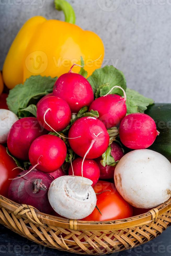 färska grönsaker i korgen foto