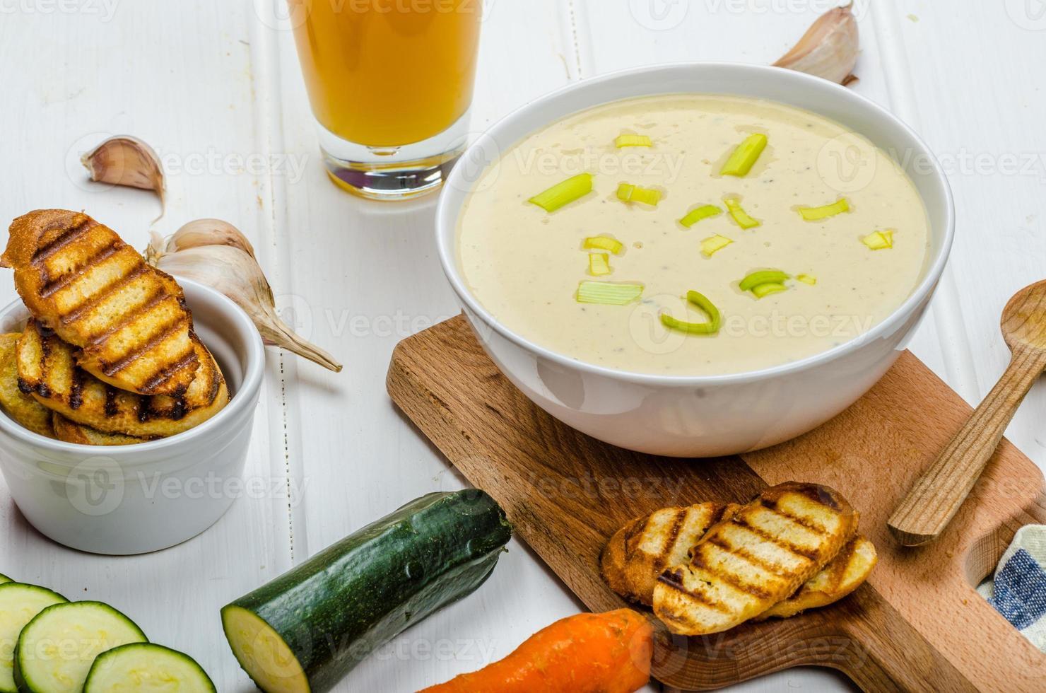 krämig grönsakssoppa foto