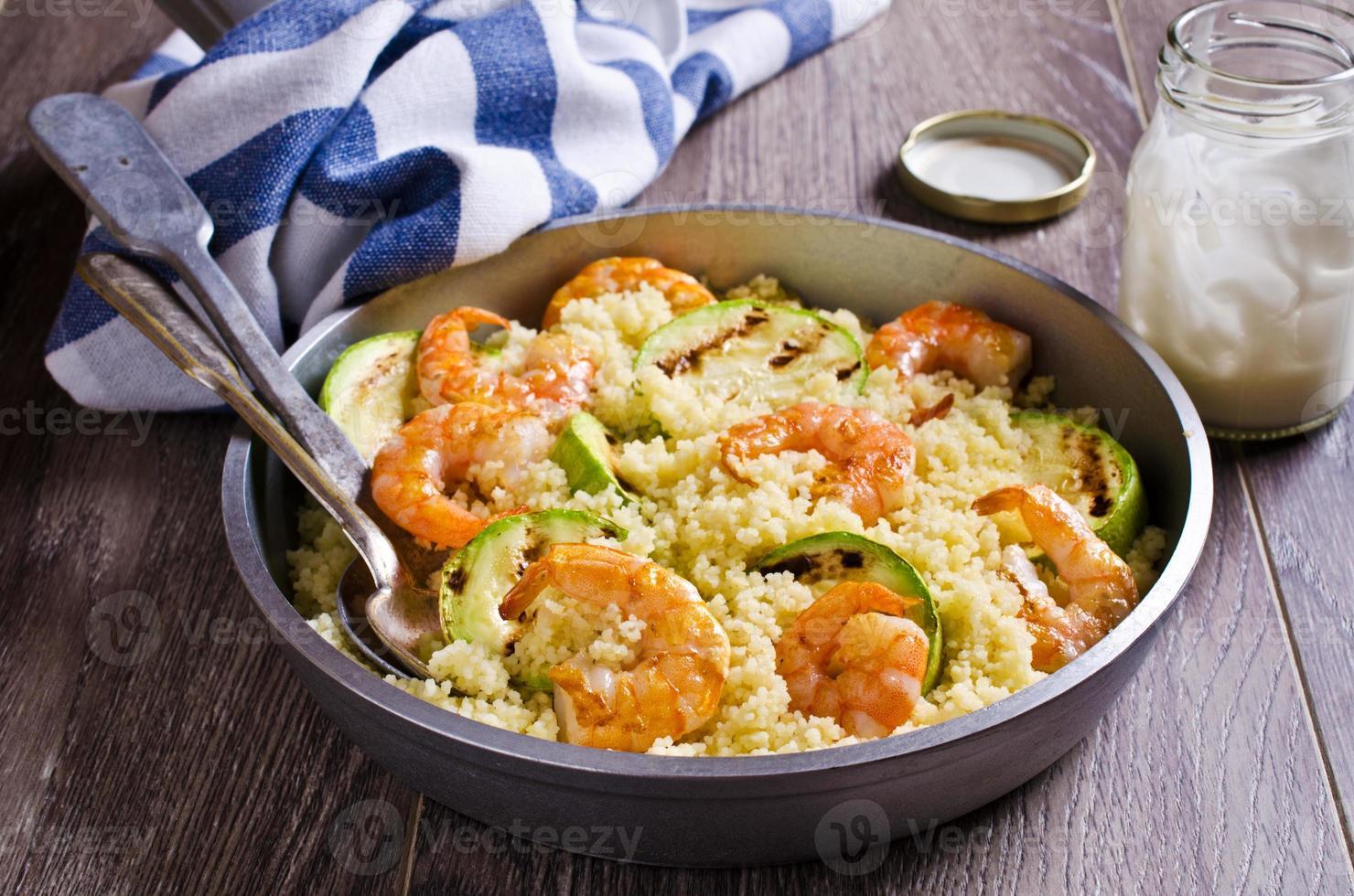 couscous med grönsaker och räkor foto