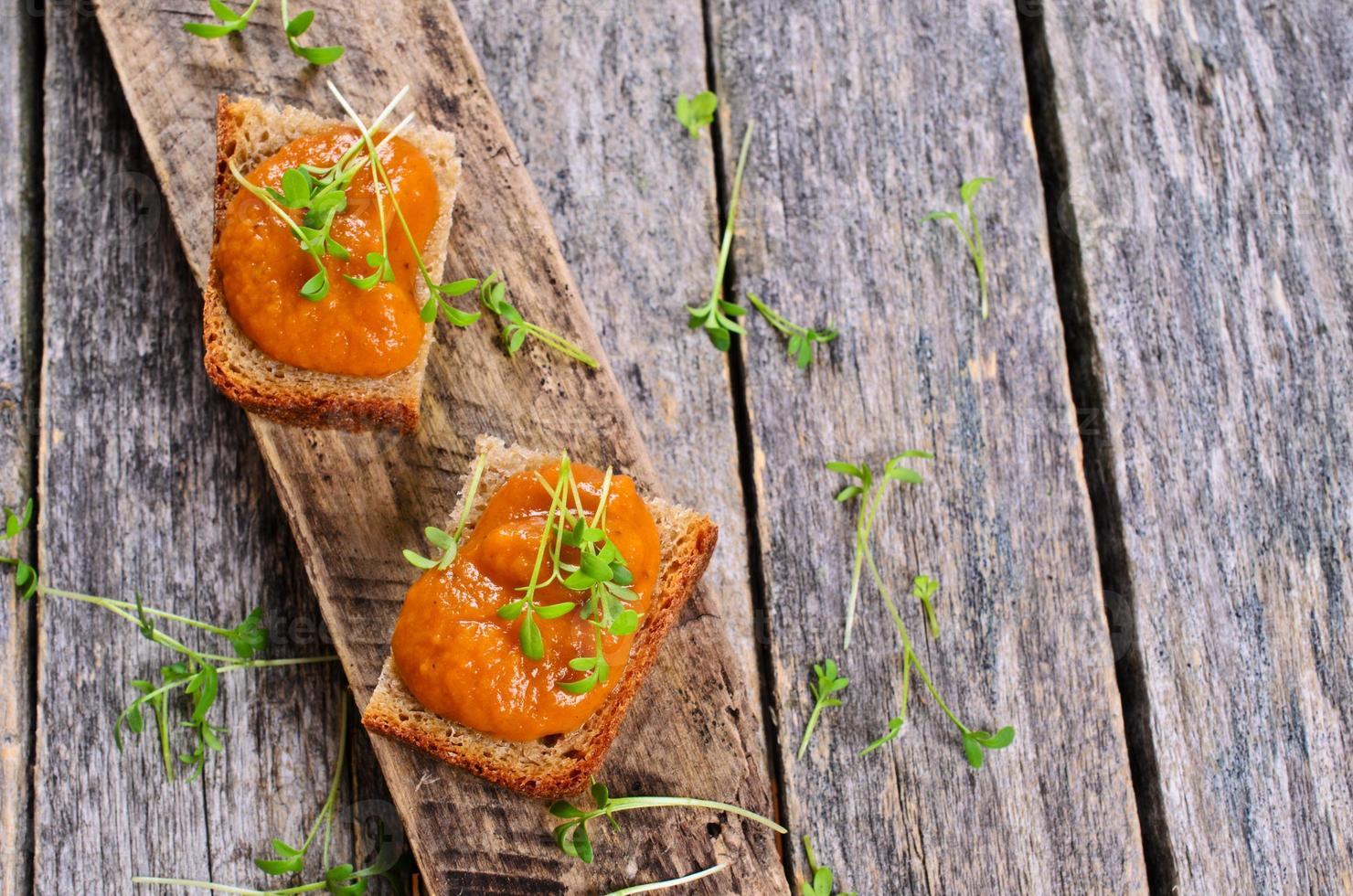 rostat med grönsakskaviar foto