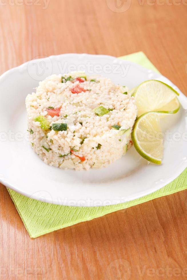 sallad med couscous, persilja, tomater och gurka foto