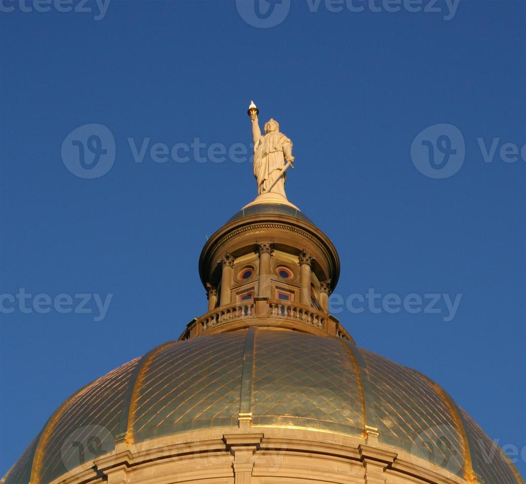 staty på georgia capitol dome foto