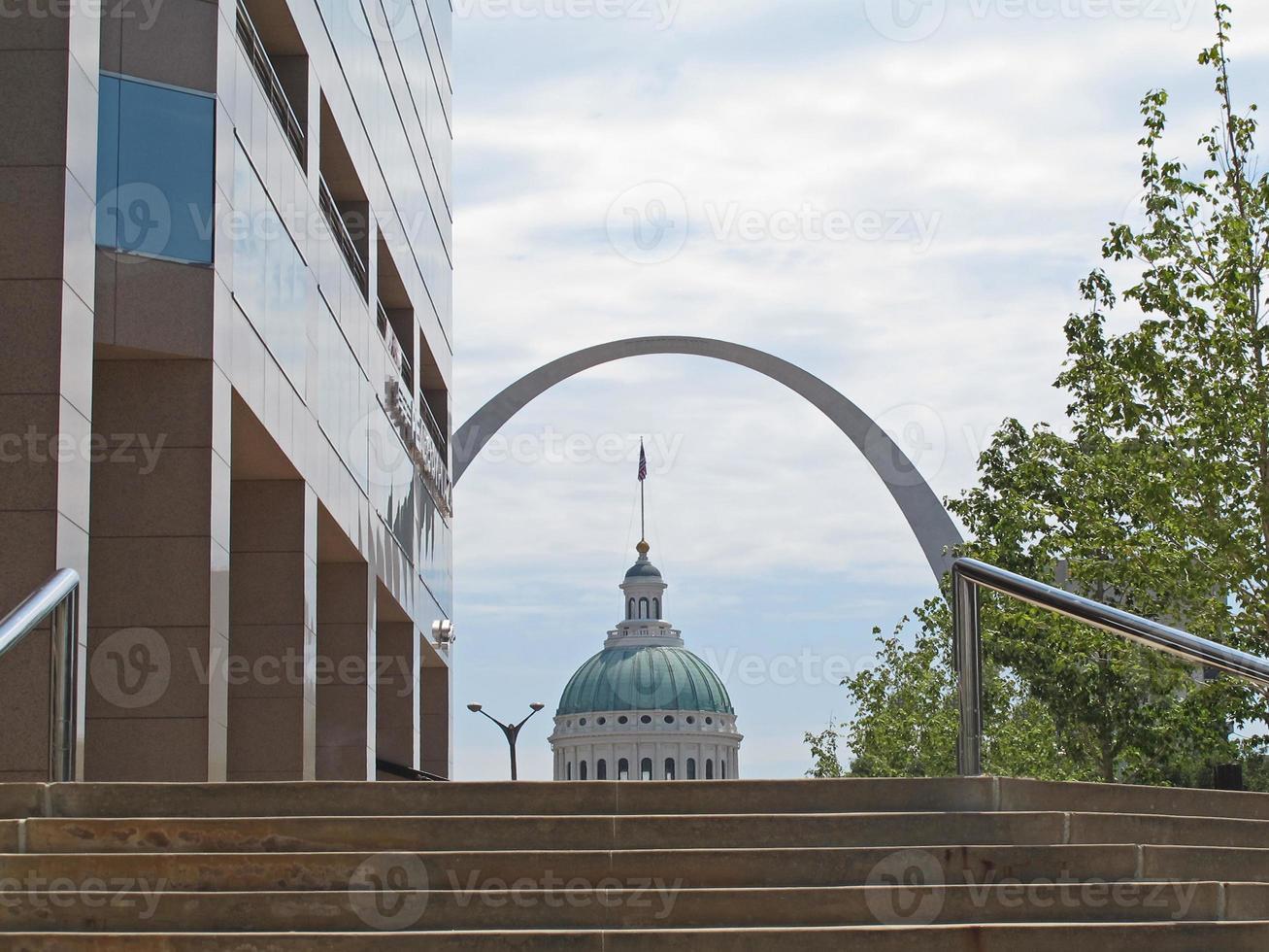 båge och huvudstadsbyggnad i centrala St. louis foto