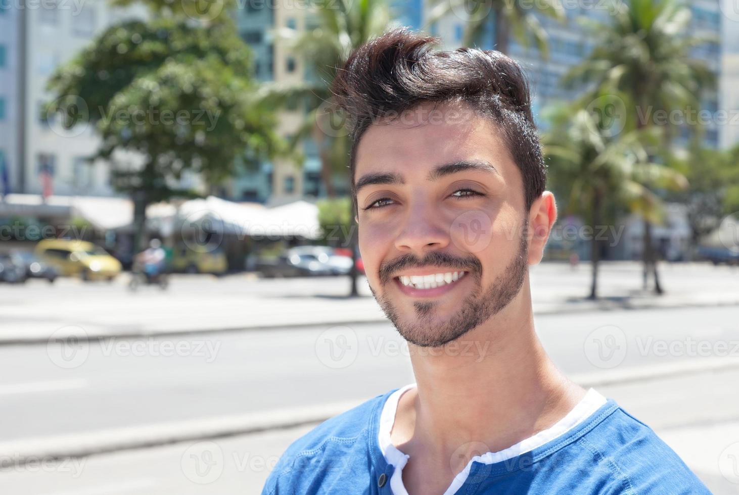 drömmer brasiliansk kille i en modern stad foto