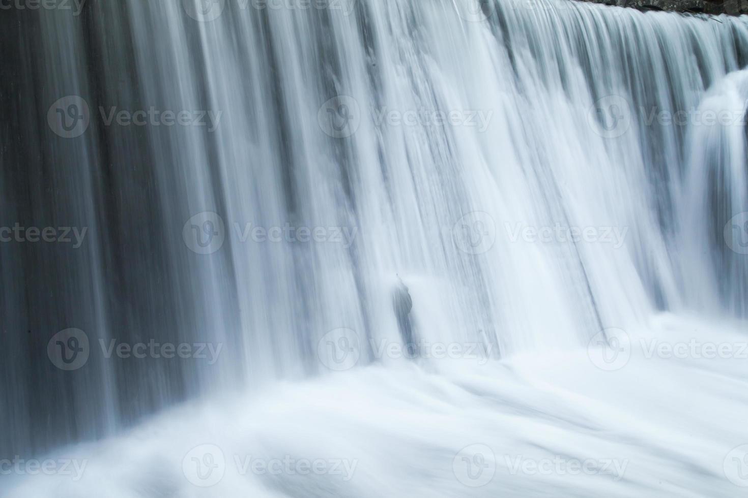 faller på floden foto