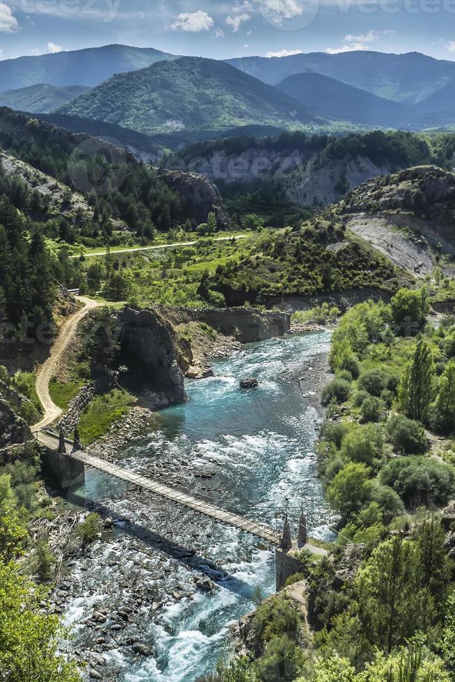 flod- och bergslandskap foto