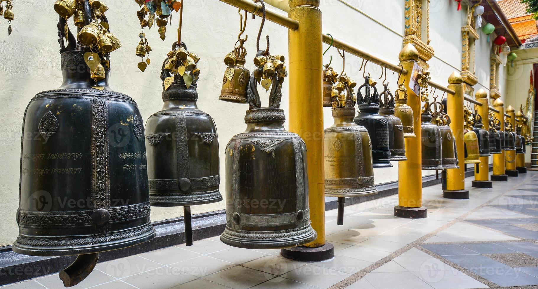 buddistklockor i wat phra som doi suthep - Thailand foto