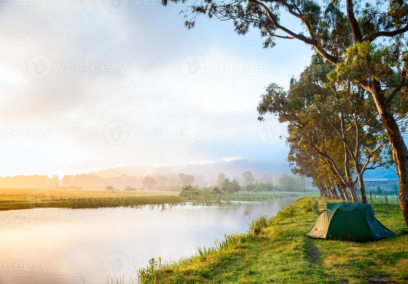 camping vid en flod foto