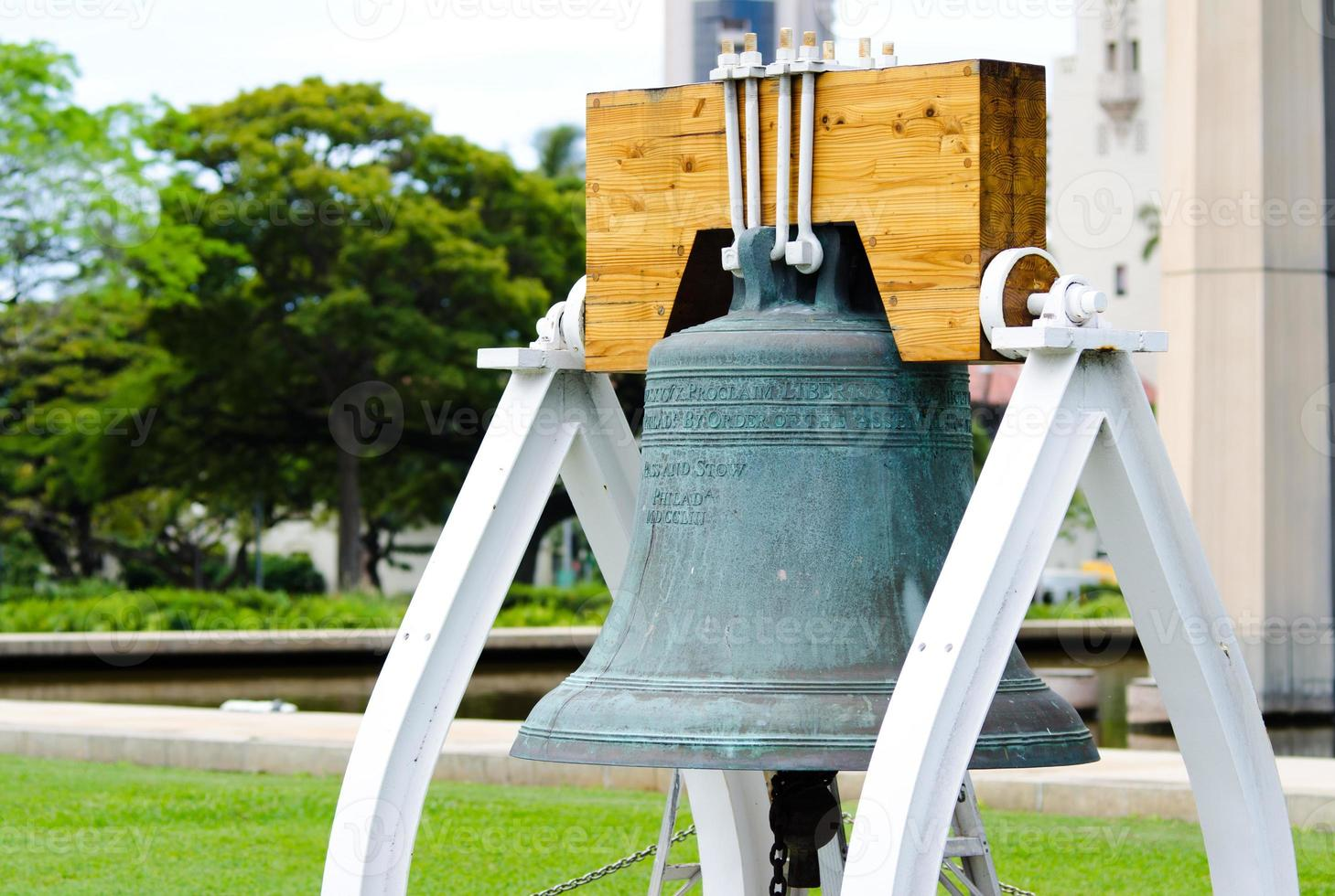 frihetsklocka-replik vid hawaiis statliga huvudstadsbyggnad i honolulu foto