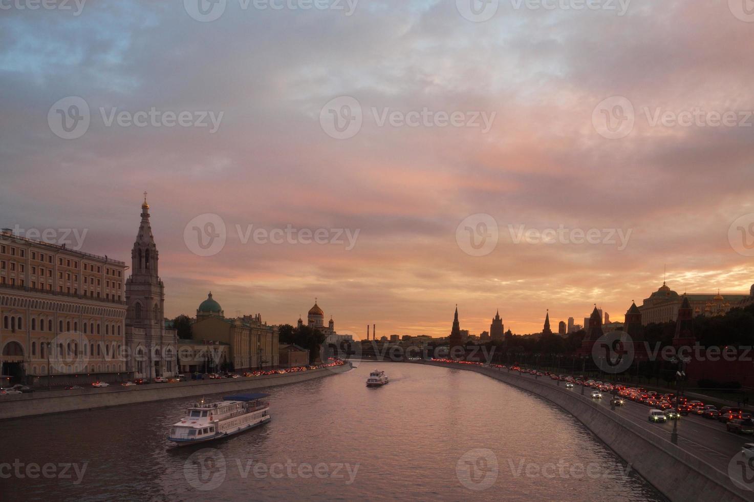 Moskva floden vid solnedgången foto