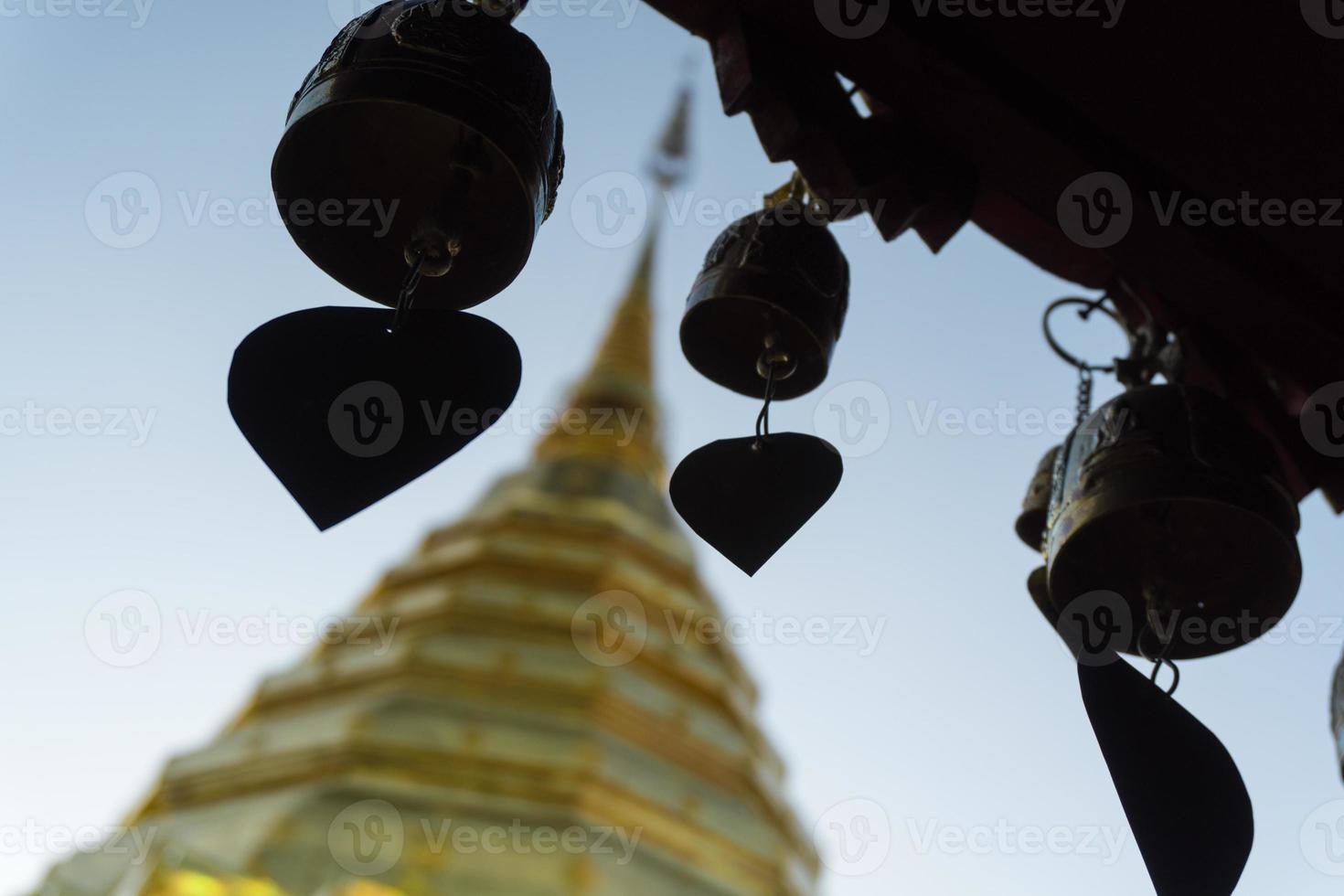thai pogoda med många klockor foto