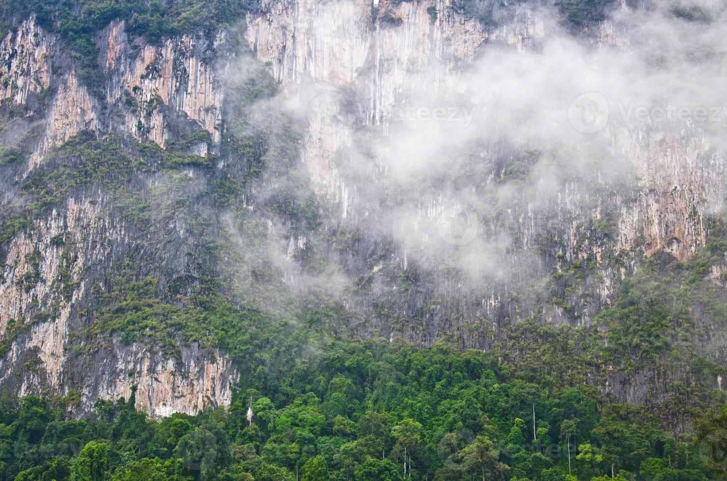 vackert berg omgiven av vatten, naturliga attraktioner i r foto