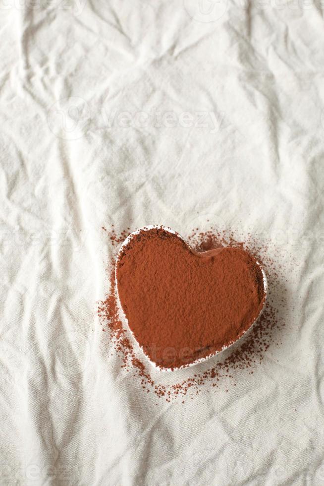 chokladgrädde och jordnötssmör hjärtformad tårta foto