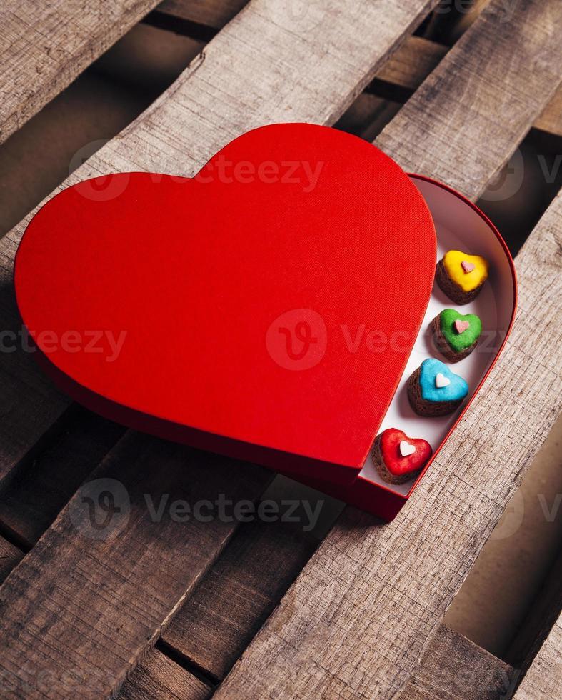 många olika pepparkakahjärtor i en hjärtformad presentask foto