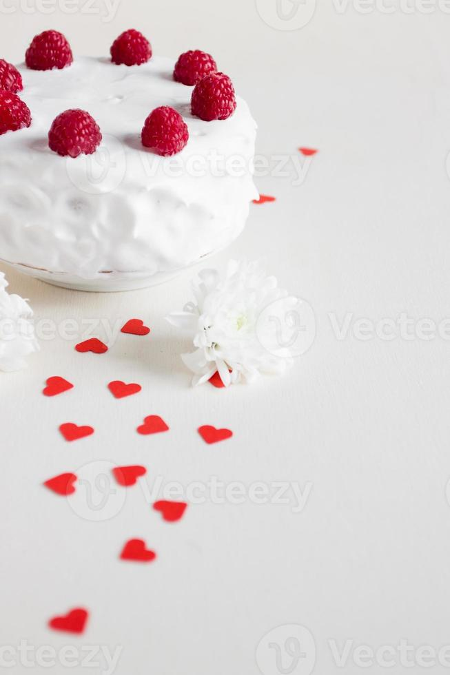vit kaka med hallon och röda hjärtan foto