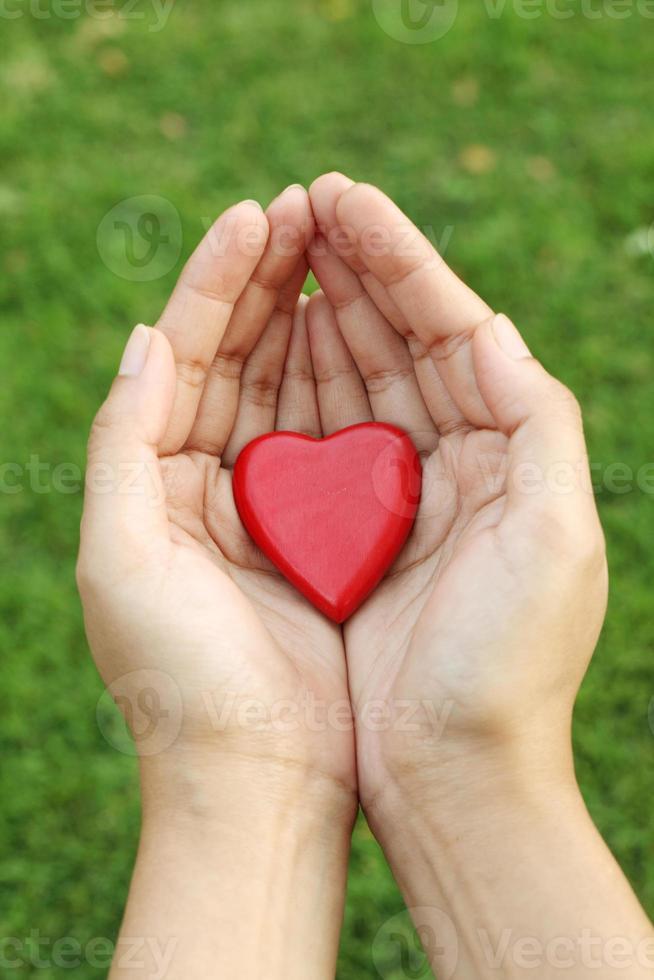 röd hjärtaform i händerna foto