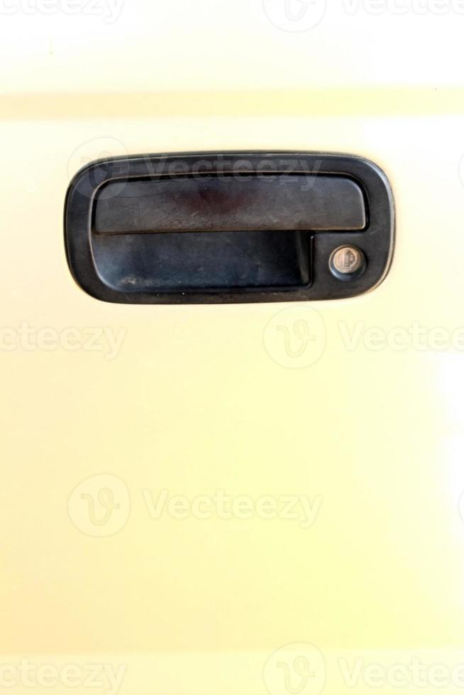 dörrhandtagen i lätt guldbil. foto