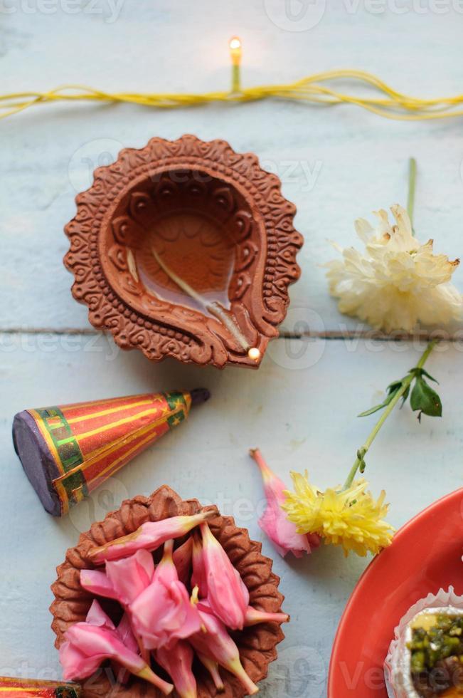 färgglada lera diya lampor tänd under diwali firande foto