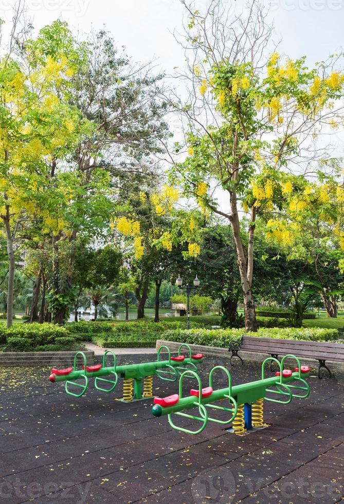 den färgglada lekplatsen i Benjasiri Park, Bangkok foto