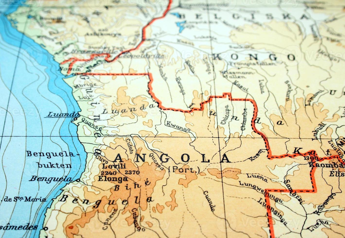 närbild av angola på platt papperskarta foto