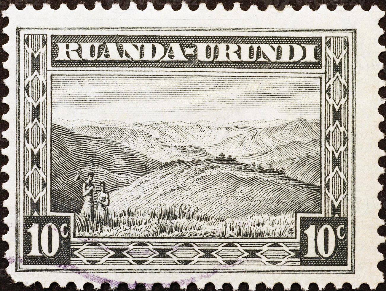 bergsscen på gammal stämpel av ruanda-urundi foto