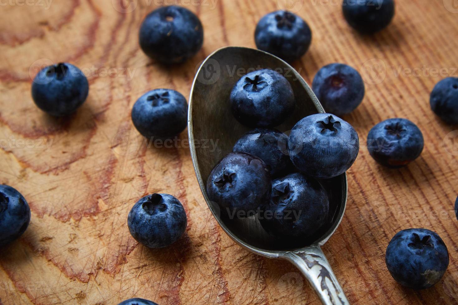 blåbär i en sked foto