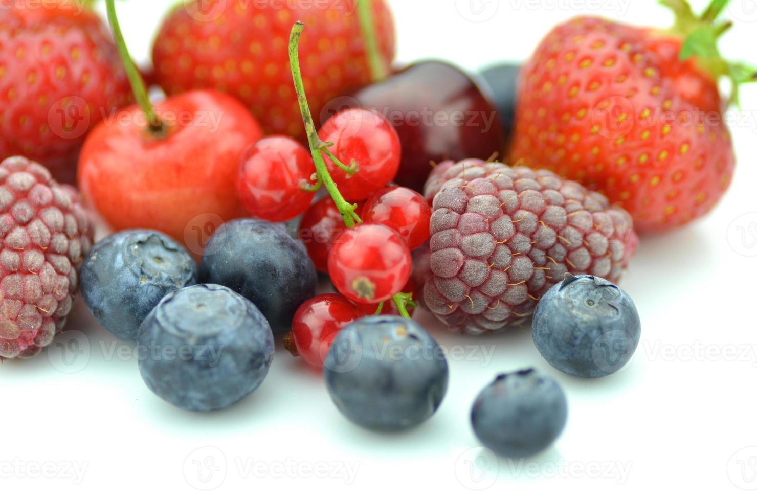 mjuk frukt jordgubbar hallon körsbär blåbär vinbär isolerad på vitt foto
