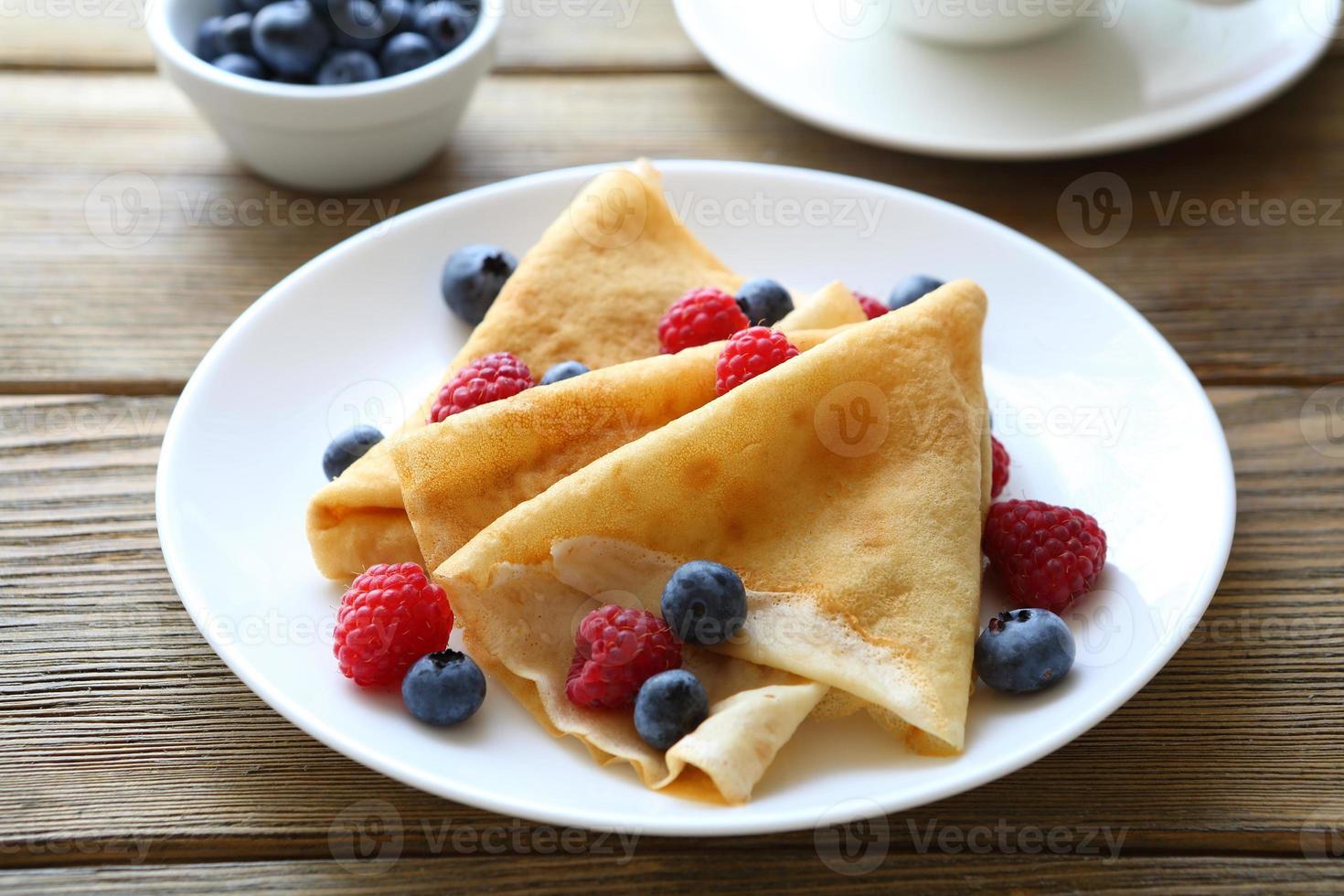 crepes med hallon, blåbär, foto