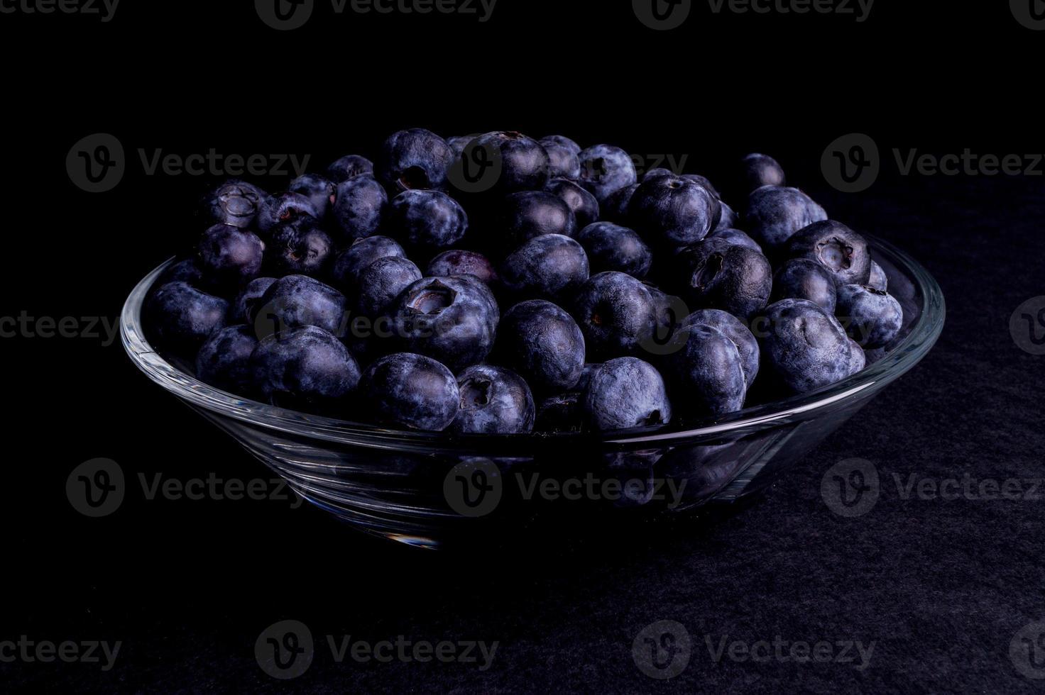 blåbär i en glasskål foto