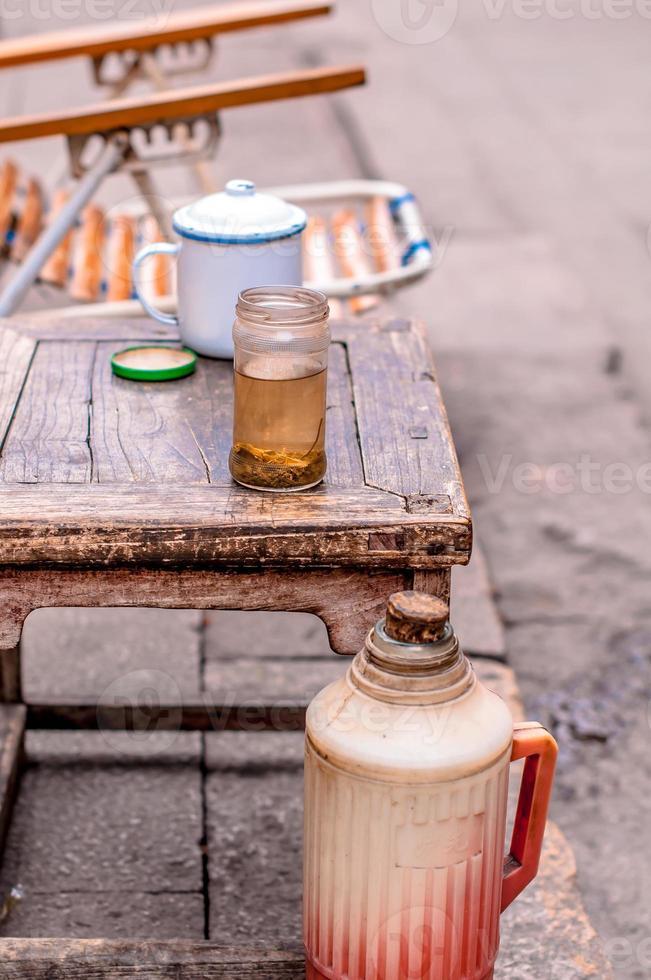 kines te i en glasflaska foto