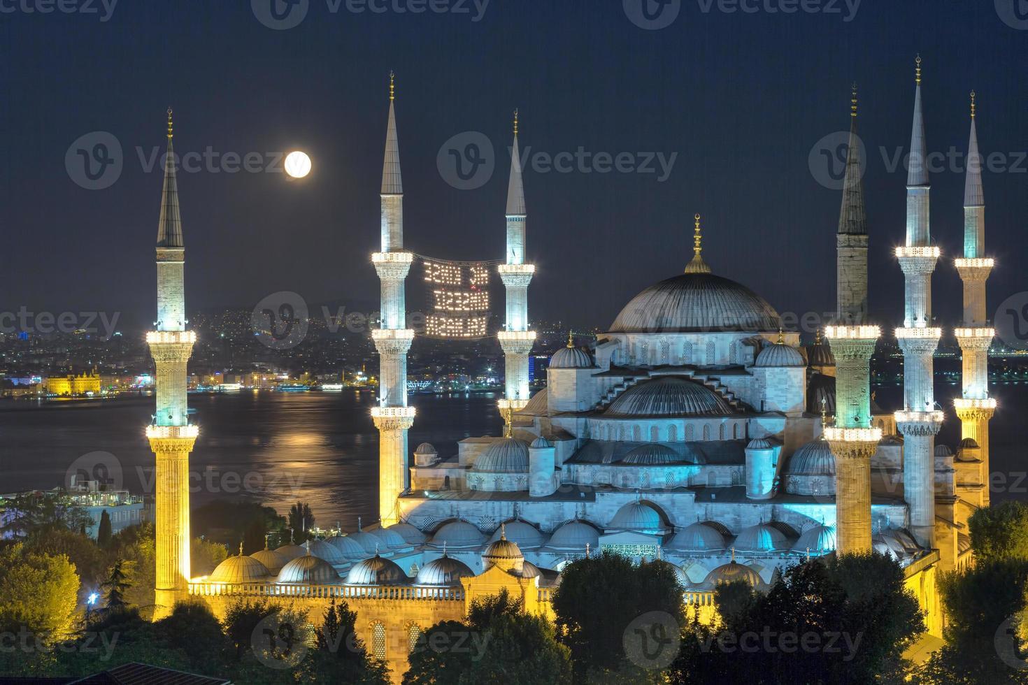 blå moské och månen foto