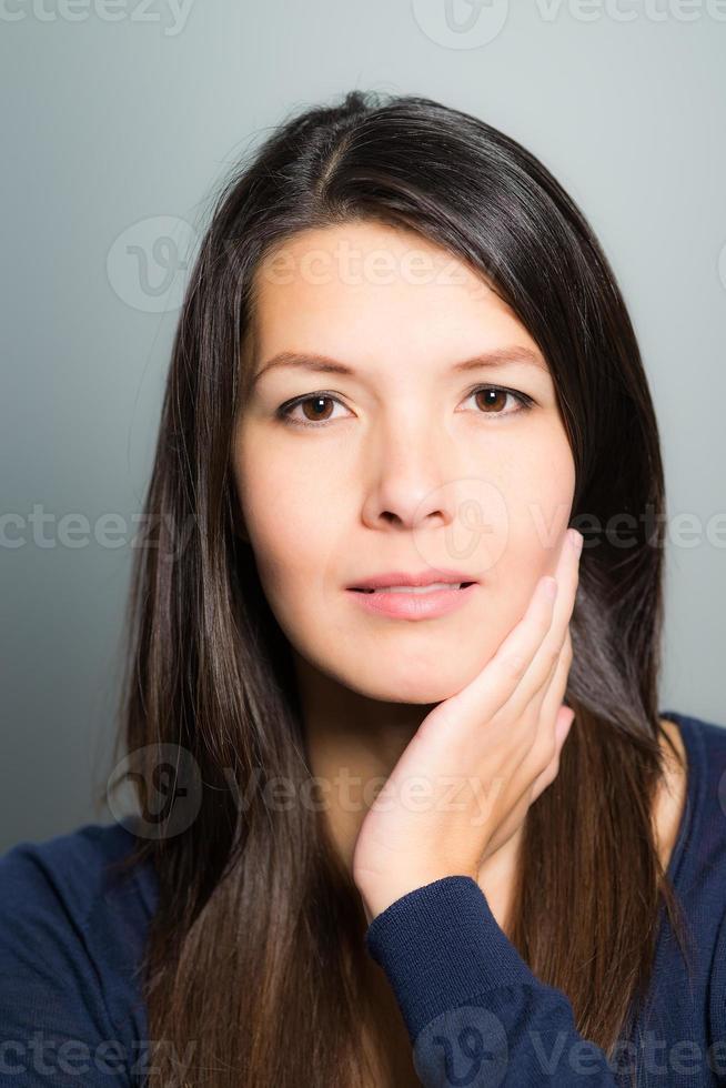 tankeväckande attraktiv kvinna med ett lugnt ansikte foto