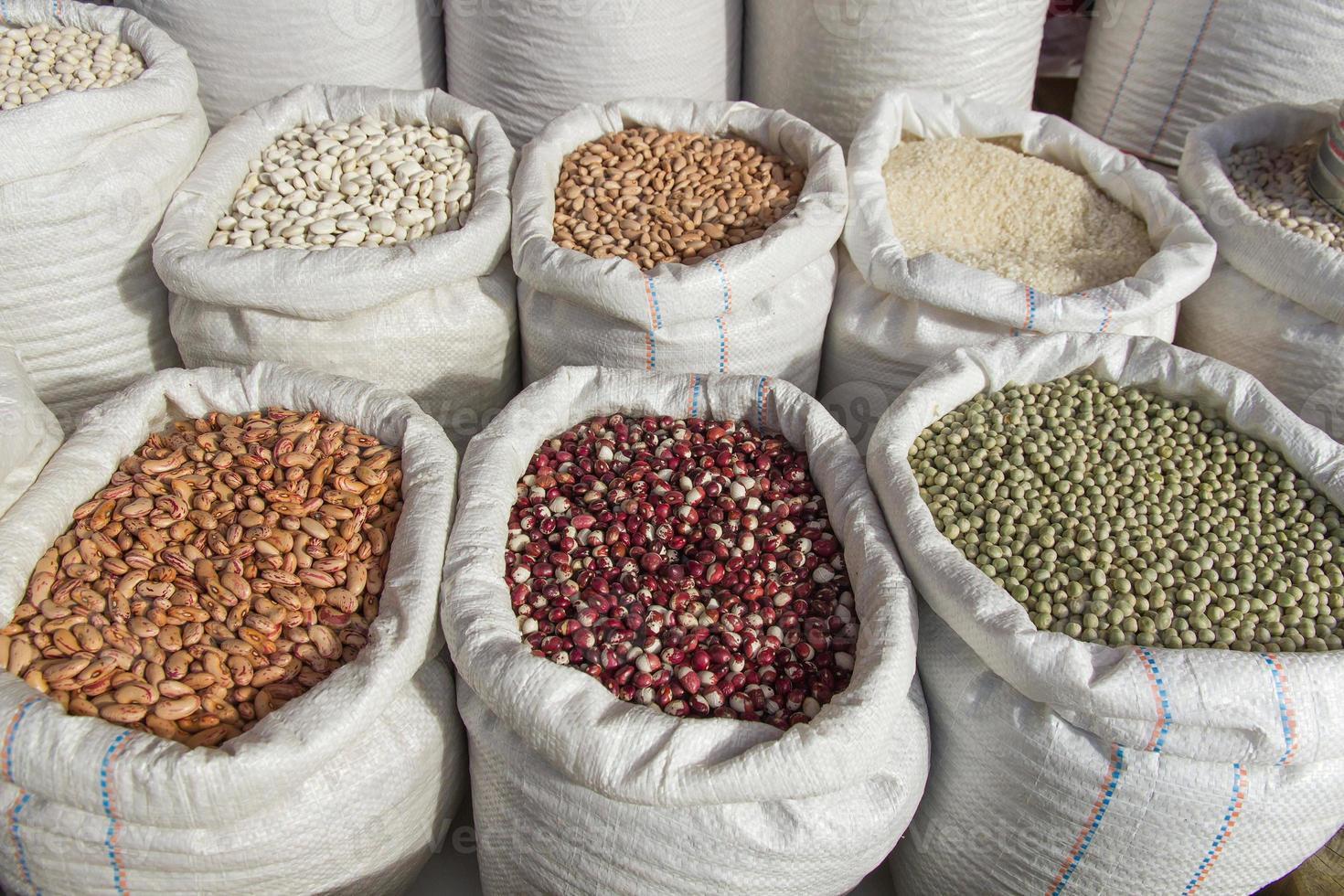 säckar med baljväxter bönor marknaden - sacos con legumbres frijoles foto