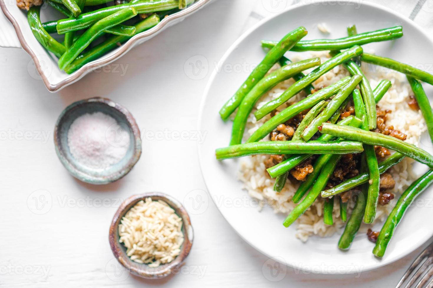 kött med ris och gröna bönor foto