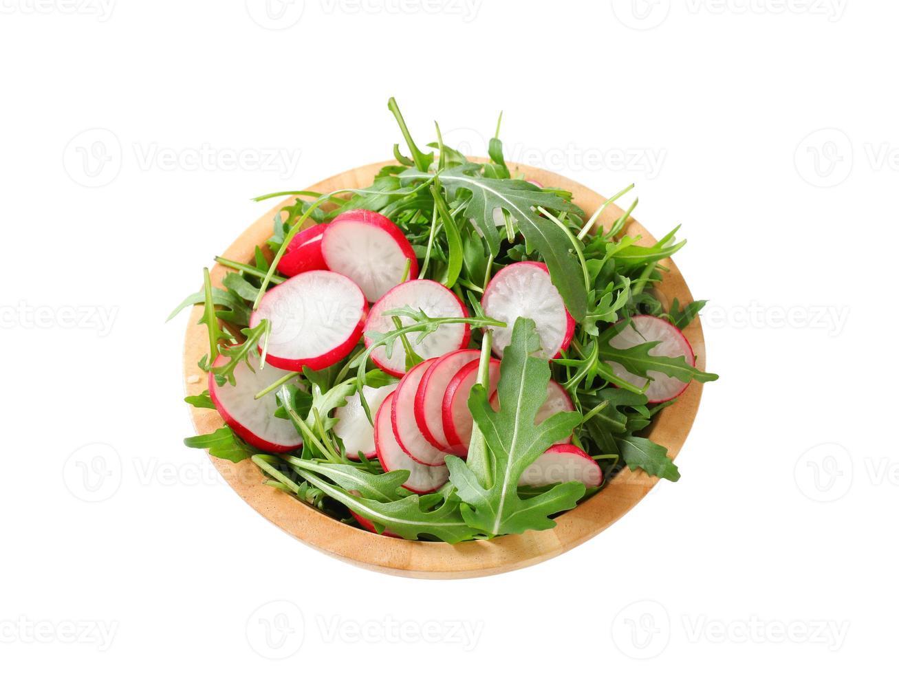 salladgrönsaker med skivad rädisa foto