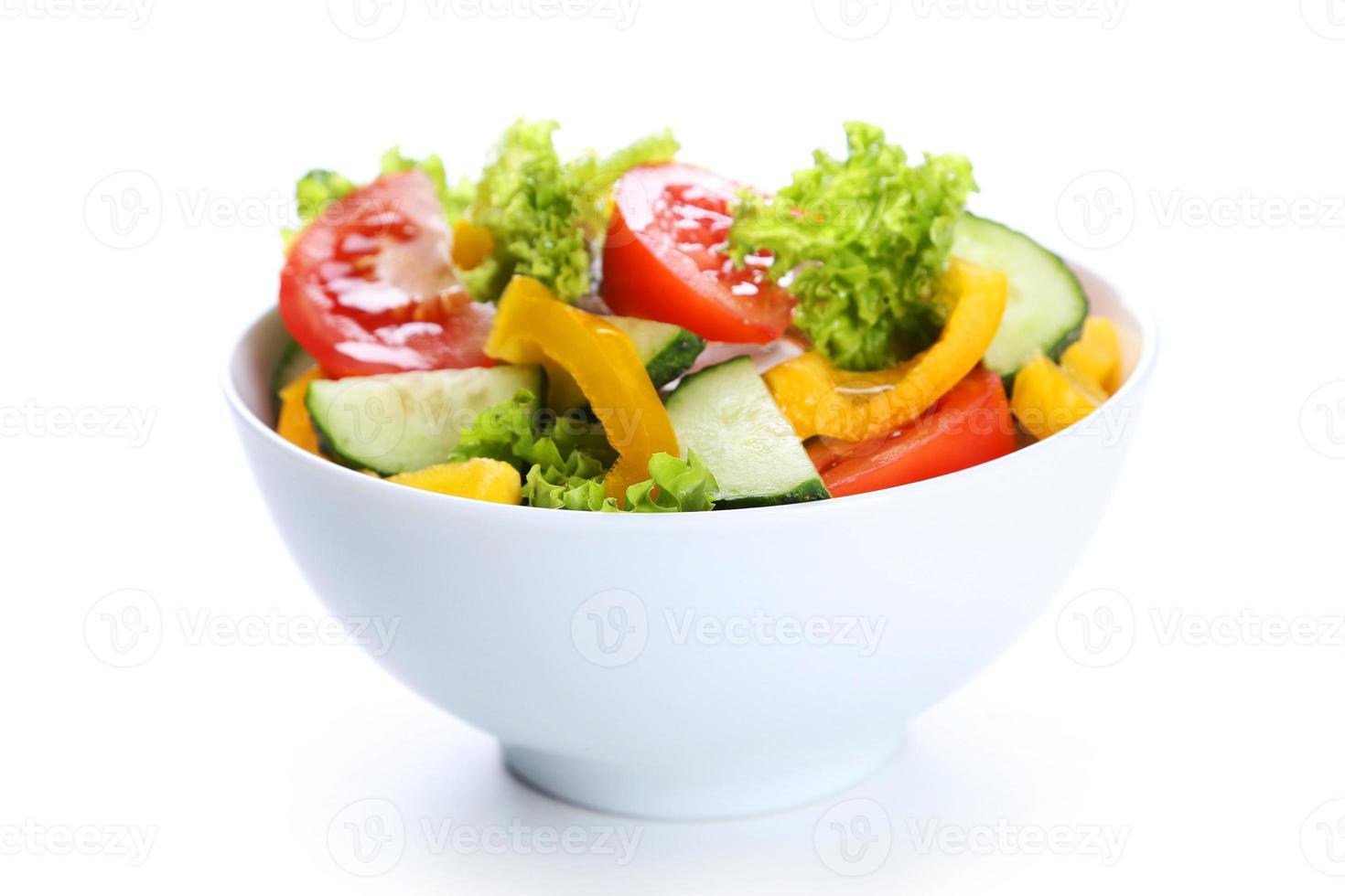 färsk grönsakssallad isolerad på vitt foto