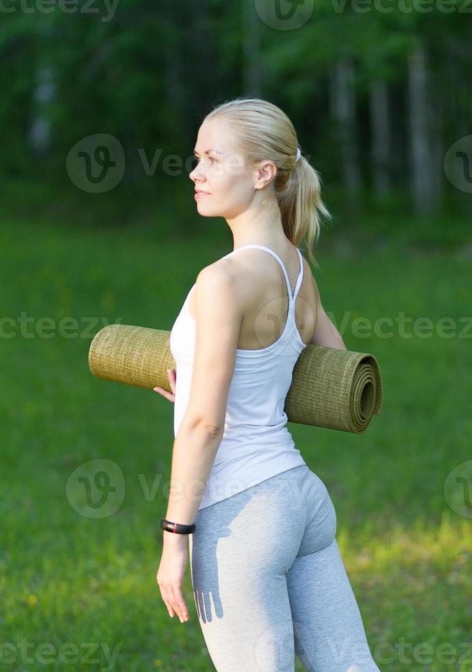 flicka med gymnastisk matta foto