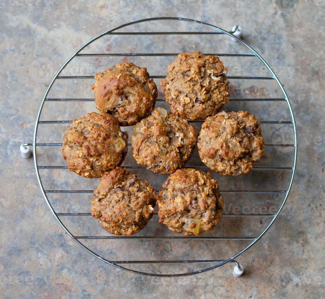 färska bakade kli muffins foto