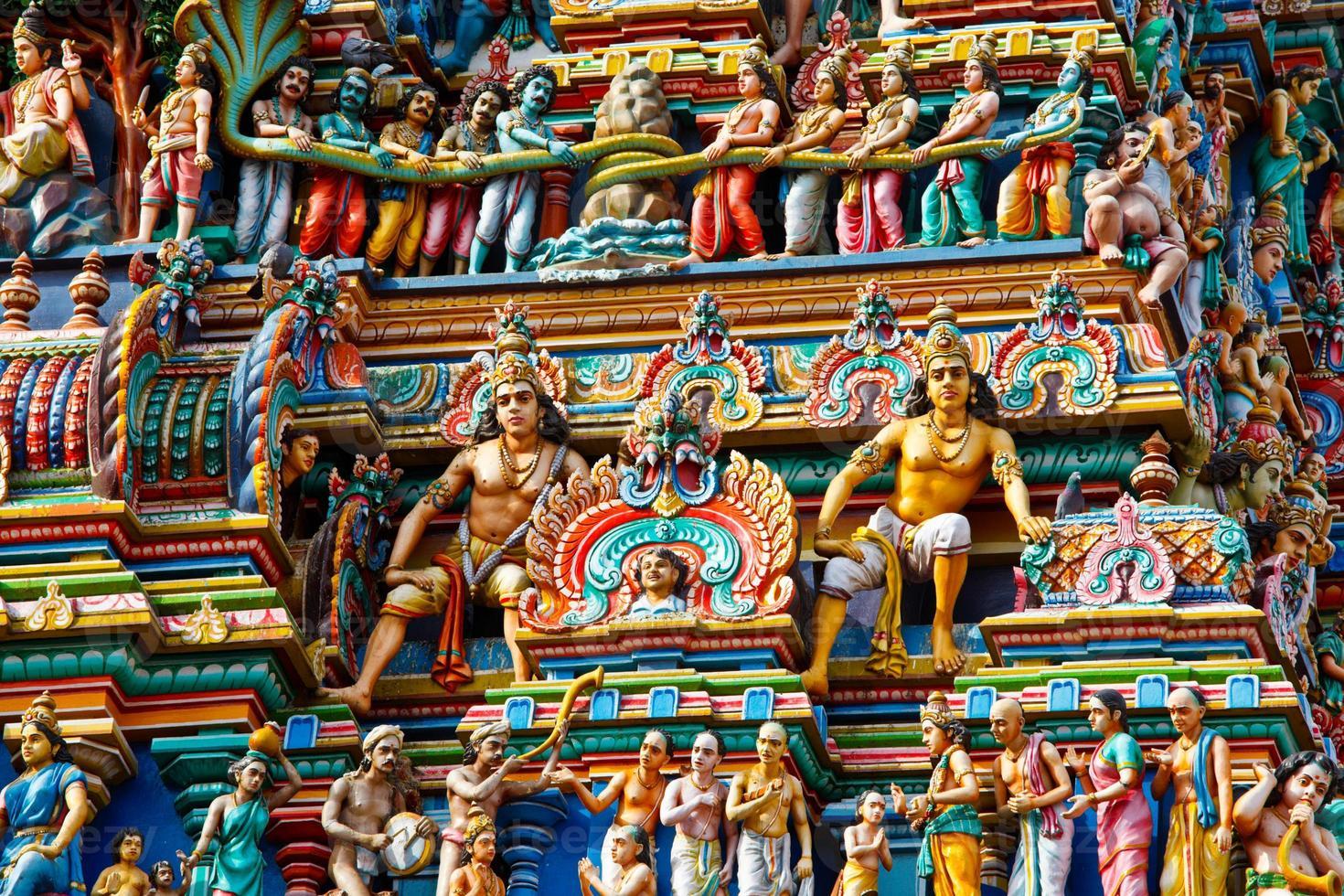 färgglada gopuram torn i hinduiska templet foto