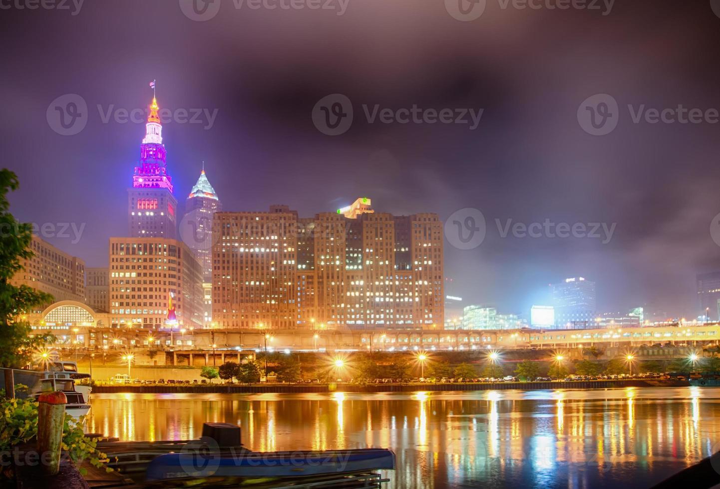 Cleveland. bild av cleveland centrum på natten foto