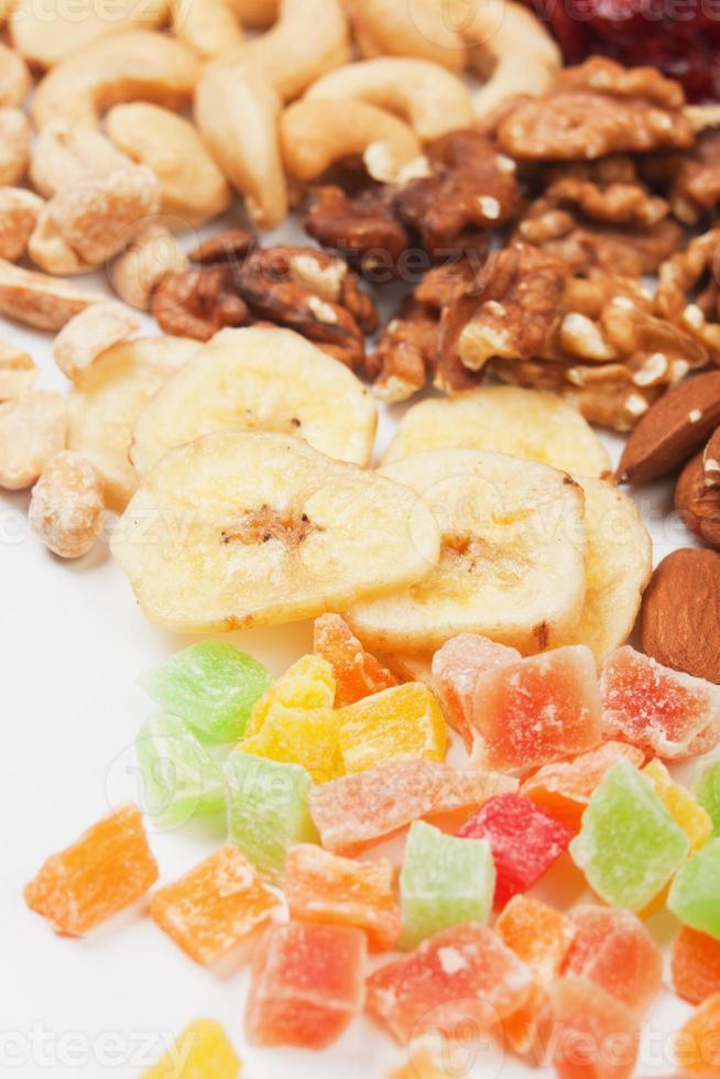bananchips med nötter och torkad frukt foto